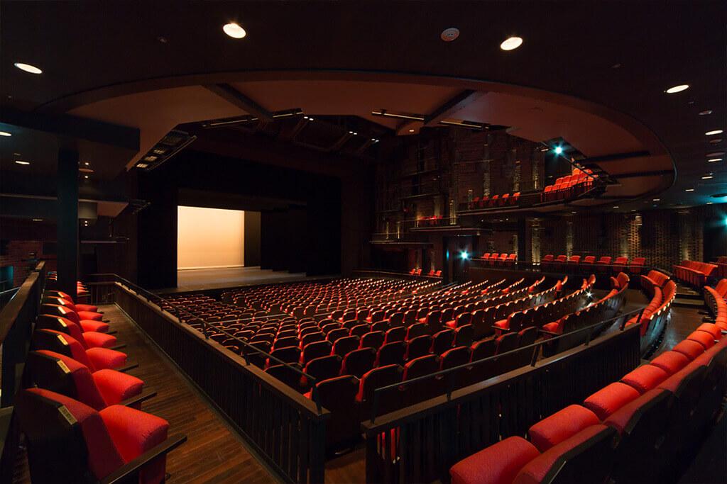 北九州芸術劇場、中劇場(700席)にて観劇の場合、オ …